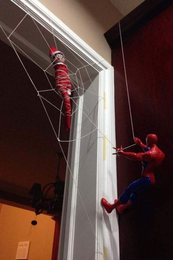 Elf on the Shelf pillado por Spiderman.