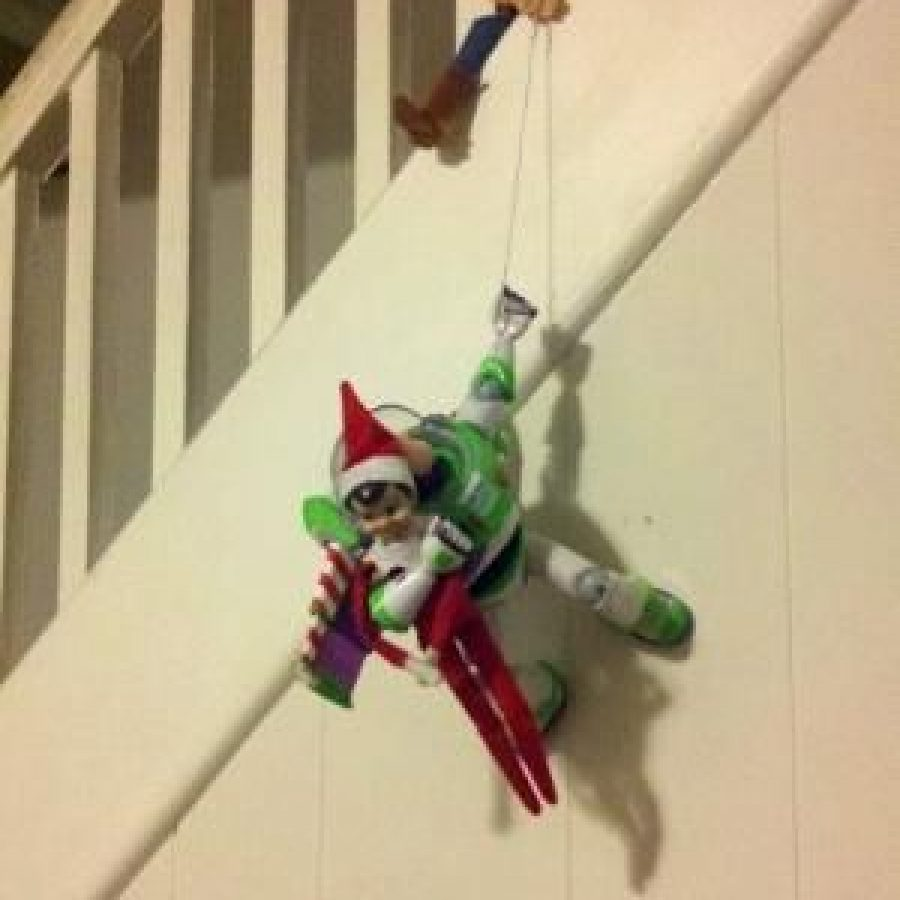 Elf on the Shelf jugando con Toy Story.