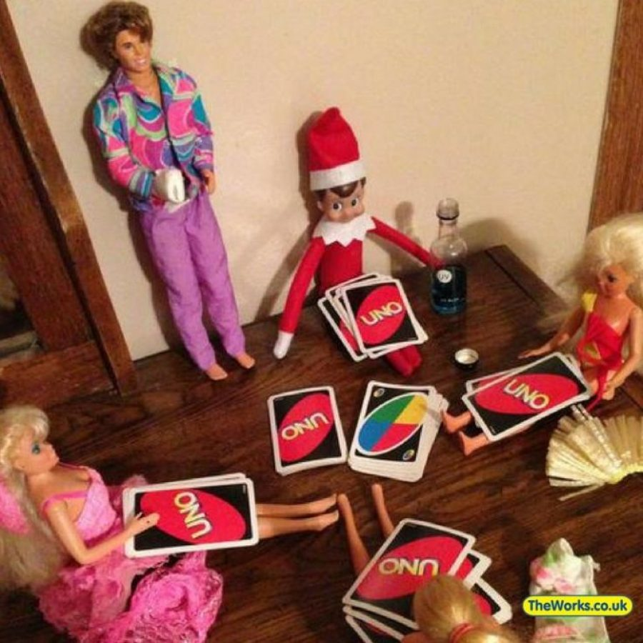 Elf on the Shelf jugando al Uno.