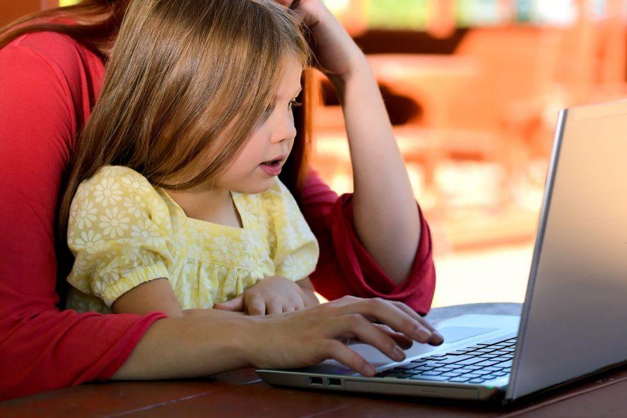Curiosidad de los niños por saber todo lo que hace su Au Pair