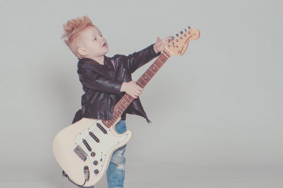 Jugar a estatuas de música con niños en casa.