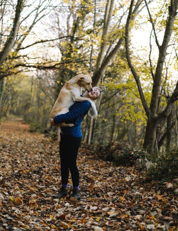 Au Pair sacando al perro a pasear
