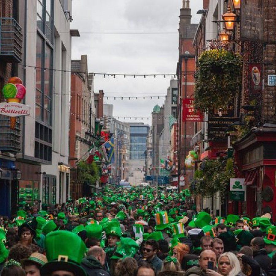 Calle durante St Patrick's Day en Irlanda